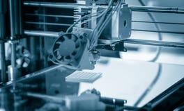 Stampatore di plastica tridimensionale elettronico durante il lavoro, 3D stampatore, stampa 3D Fotografia Stock Libera da Diritti
