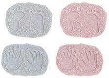 Stampe del piede del ragazzo e della neonata e stampe della mano Fotografie Stock Libere da Diritti
