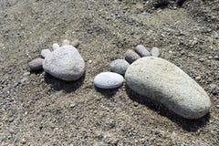 Stampe del piede delle pietre sulla spiaggia Lesvos Immagine Stock Libera da Diritti