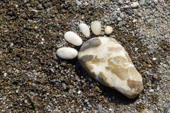 Stampe del piede delle pietre sulla spiaggia Lesvos Immagini Stock Libere da Diritti