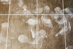 Stampe del piede sul pavimento piastrellato Immagini Stock
