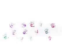 Stampe della mano dei bambini sulla parete bianca Immagini Stock Libere da Diritti