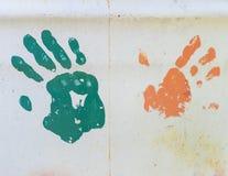Stampe della mano di lerciume su metallo immagine stock libera da diritti