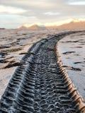 Stampe della ruota sulla spiaggia del diamante in Islanda fotografie stock libere da diritti