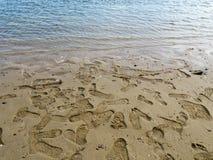 Stampe della scarpa sulla sabbia Immagini Stock Libere da Diritti