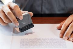 Stamper μελανιού χεριών συμβολαιογράφων χεριών επιχειρηματιών η δημόσια appoval σφραγίδα σφράγισης στα εγκεκριμένα έγγραφα μορφής διανυσματική απεικόνιση