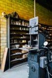 Stamper antigo para as tampas de vidro do frasco - fábrica de vidro abandonada da etiqueta Foto de Stock Royalty Free