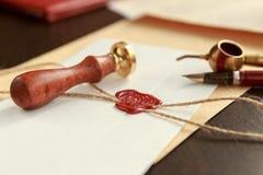 Stamper för metallvaxnotarius publicu på gammalt dokument Lagkontor royaltyfria foton
