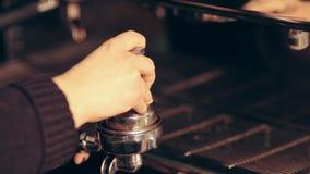 Stampergebruik met professionele espressomachines stock video