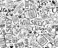 Stampi, modello senza cuciture con una bottiglia di whiskey, vetri ed iscrizioni Elementi di disegno Fotografie Stock Libere da Diritti