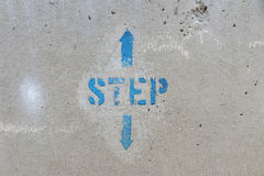 Stampino del segno di provvedimento concreto con su e giù le frecce Fotografie Stock Libere da Diritti