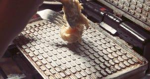 Stampo per cialde nella cucina Preparazione del primo piano casalingo di wery delle cialde, colore d'annata stock footage