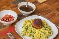 Stamppot用莴荬菜、土豆泥和丸子 库存图片