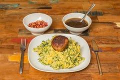 Stamppot avec l'endive, la purée de pommes de terre et les boulettes de viande Image libre de droits