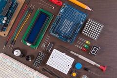 STAMutbildning eller elektronisk sats för DIY, robot som göras på grund av mikrokontrollanten med variation av avkännaren, och hj arkivfoton