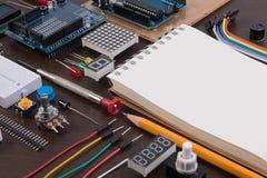 STAMutbildning eller elektronisk sats för DIY, robot som göras på grund av mikrokontrollanten med variation av avkännaren, och hj Arkivbild