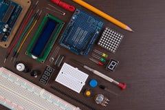 STAMutbildning eller elektronisk sats för DIY, robot som göras på grund av mikrokontrollanten med variation av avkännaren, och hj Royaltyfria Foton