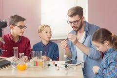 STAMutbildning Läkarundersökningexperiment på skolan arkivfoto