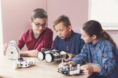 STAMutbildning Ungar som skapar robotar på skolan royaltyfri bild