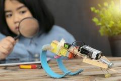 STAMutbildningsbegrepp En student som rymmer en förstoringsglaswatc arkivbild