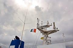 Stan flaga podnosić na maszcie handlowy statek w portach wezwanie zdjęcie royalty free