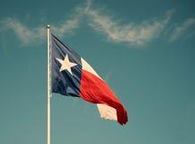 Stan flaga Teksas przeciw niebieskiemu niebu Fotografia Stock
