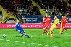 Stancu (Romênia) que marca um objetivo contra a equipa de futebol lituana Imagem de Stock