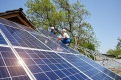 Stand-alone buiteninstallatie van het zonnepaneelsysteem, het vernieuwbare groene concept van de energiegeneratie royalty-vrije stock foto's