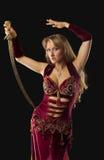 Stand Arabe de danseur de beauté avec le sabre sur le gratte-cul photo stock