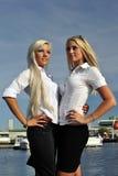 Stand blond de deux filles sur le pilier Photographie stock