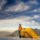 Stand d'homme avec la tente jaune Images stock