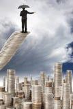Stand d'homme d'affaires sur l'escalier d'argent Photos libres de droits