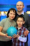 Stand de famille bord à bord et bille de prise pour le bowling Image libre de droits