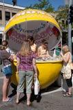 Stand de limonade des presse-fruits de la fille scout Photos libres de droits