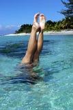 Stand de main en mer Photo libre de droits
