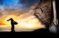 Stand de tête de silhouette de yoga Image libre de droits