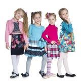 Stand der kleinen Mädchen der Mode gegen das Weiß Lizenzfreies Stockbild