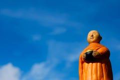 Stand des buddhistischen Mönchs für die erfassenden Almosen, keramischer Mönch lizenzfreie stockfotos
