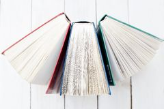 Stand drei offener Bücher auf einem Holztisch getrennte alte Bücher Lizenzfreies Stockbild