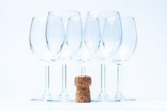 Stand en verre de vin symétriquement avec du liège Photo stock