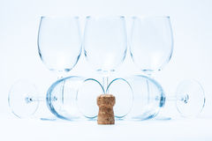 Stand et mensonge en verre de vin symétriquement avec du liège Image stock