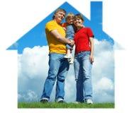 stand för sky för familjgräsgreen lycklig under Fotografering för Bildbyråer