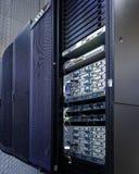 Stand mit Supercomputern des modernen Rechenzentrums mit der Tür offen und den Eingeweiden Lizenzfreie Stockfotos