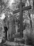 Stand mit zwei Frauen nahe bei einem hölzernen Kreuz Stockbild