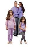 Stand mit zwei junger lächelnder Schwestern vor Eltern Lizenzfreies Stockbild