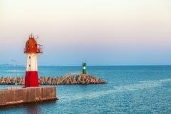 Stand mit zwei Leuchtfeuern auf Pier Lizenzfreie Stockfotos
