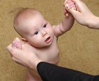Stand nouveau-né de chéri photos libres de droits