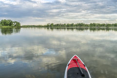 Stand up paddleboard on lake Royalty Free Stock Photography