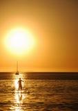 Stand-up sul tramonto sulla spiaggia di Itaipu immagine stock libera da diritti