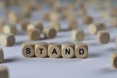 Stand - Würfel mit Buchstaben, Zeichen mit hölzernen Würfeln Stockfotos